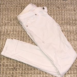 Abercrombie & Fitch White distressed denim (2R)